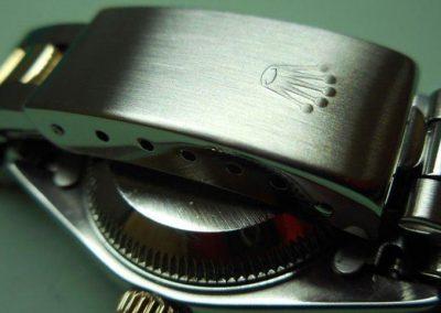 Detalle de pulido del logo de Rolex